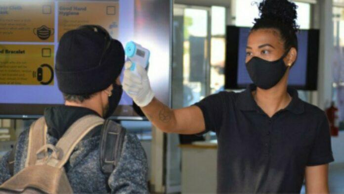 medewerker iamgold rosebel goldmines suriname wordt gescreend op temperatuur bij binnenkomst