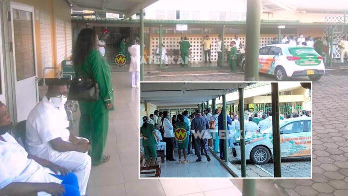Medewerkers Mungra Medisch Centrum in Nickerie voeren actie