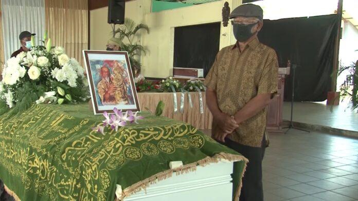 VIDEO: Kunstenaar Soeki Irodikromo met staatseer begraven