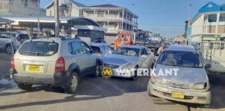 Vier voertuigen beschadigd na ravage veroorzaakt door Mark X bestuurder