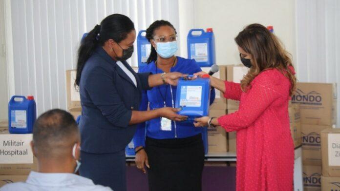 First lady neemt schenking van ruim 2.000 liter handsanitizers in ontvangst