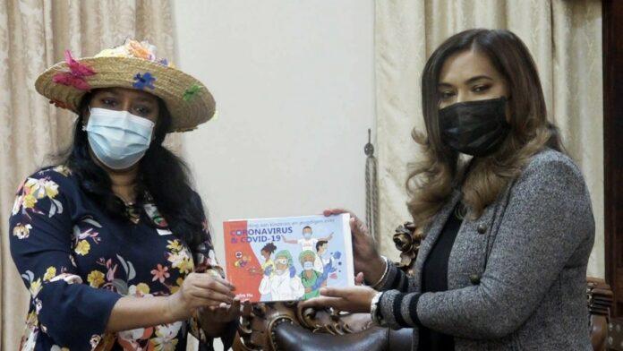 First lady ontvangt voorlichtingsboek over COVID-19