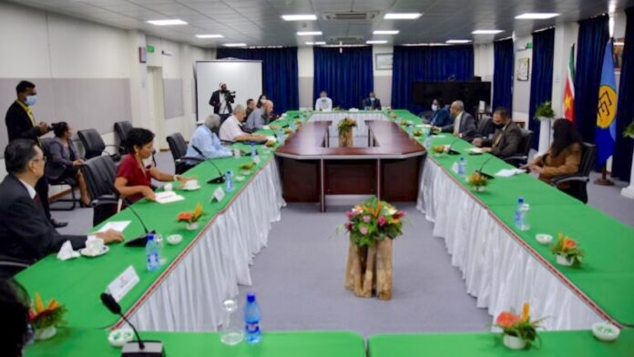 Minister BuZa spreekt met groep Honorair Consuls in Suriname