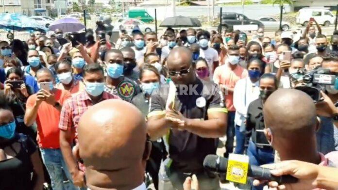 Personeel Binnenlandse Zaken voert protestactie bij regeringsgebouw