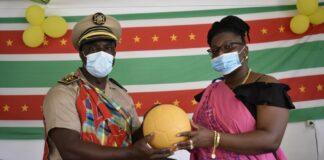ROS-minister doneert sportattributen in Matawai gebied