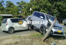 VIDEO: Taxibusje belandt op personenauto na aanrijding