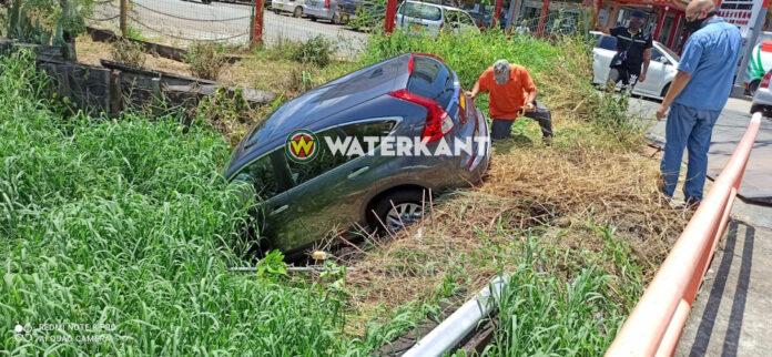 Automobilist verleent geen voorrang; voertuig eindigt in trens