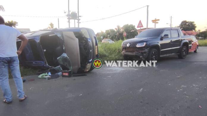 Auto belandt op zijkant na botsing: 1 gewonde