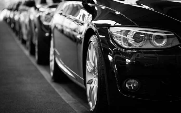 Autohandelaar nam voorschotten in ontvangst maar leverde auto's niet