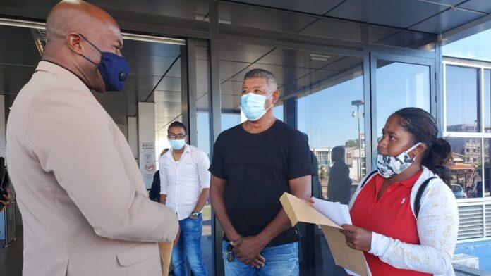 Wanhopige werkers vragen vice-president Brunswijk aandacht