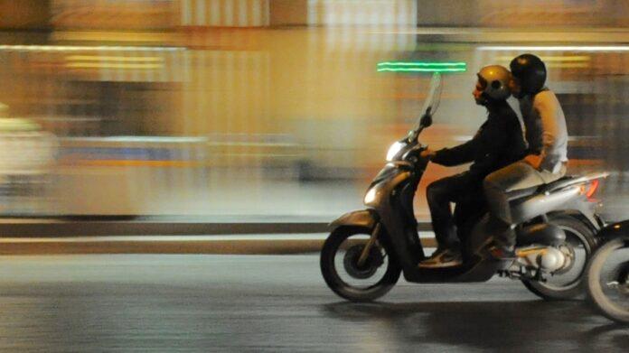Straatrovers op bromfiets rukken gouden ketting van vrouw op fiets weg