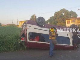 Busje eindigt op z'n kop na zware aanrijding in Paramaribo-Noord