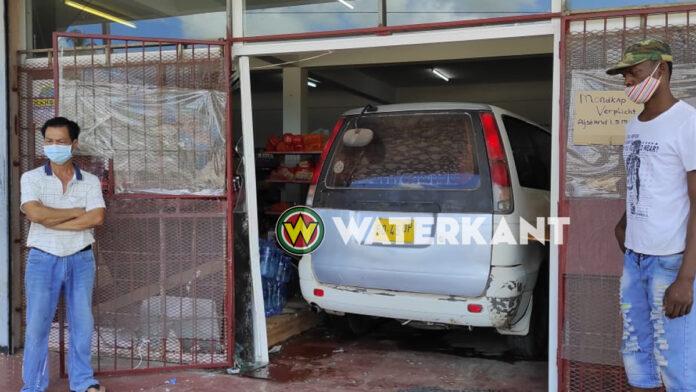 VIDEO: Flinke schade nadat busje supermarkt binnen rijdt