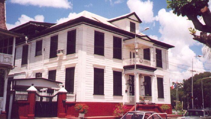 Ongerustheid over verkoop monumentale hoekpand Suralco in Paramaribo