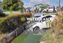 Twee auto's eindigen in goot na aanrijding in Nickerie
