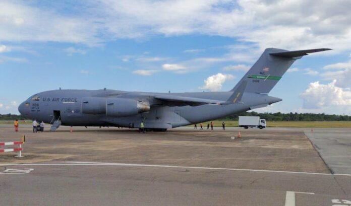 Vliegtuig US Air Force op Zanderij vanwege voorbereiding bezoek Pompeo