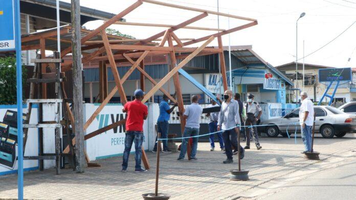 Bouwwerk op berm langs Indira Gandhiweg gesloopt
