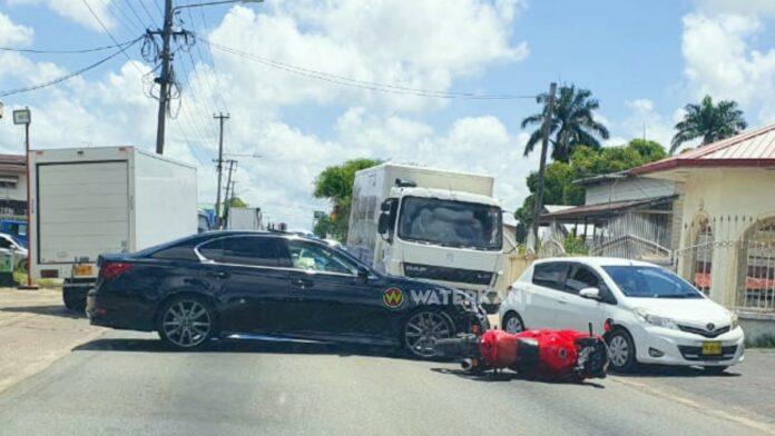 Motorrijder knalt tegen auto op Kwattaweg
