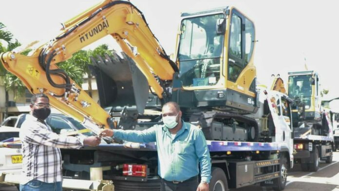 Openbare Werken koopt graafmachines, vracht- en sleepwagens bij Rudisa