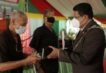 President decoreert burgers in verband met 100 jaar SVB