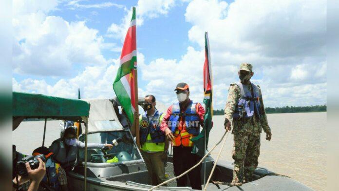 Surinaamse en Guyanese minister bezoeken locatie Corantijnbrug
