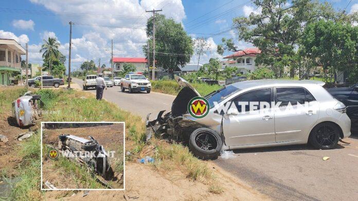 Auto eindigt op z'n zij in goot na zware aanrijding