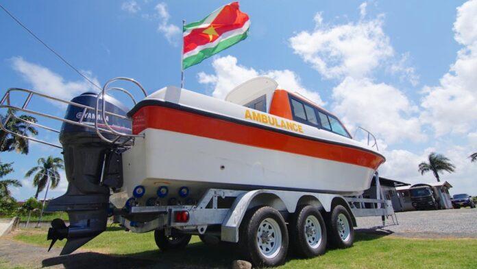 Nieuwe ambulanceboot overhandigd aan Mungra Medisch Centrum