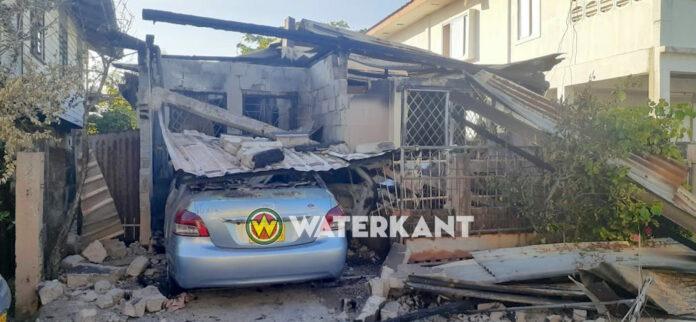 Brand in auto slaat over op woning die daarna volledig afbrand