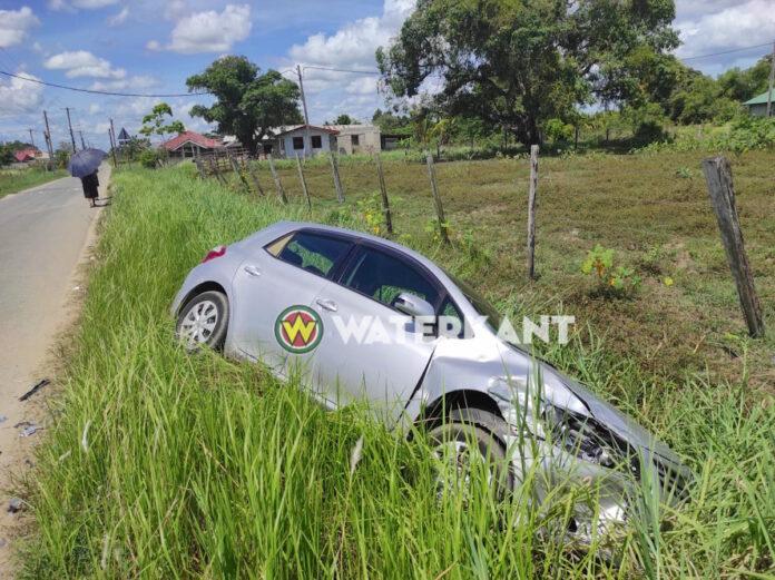 Automobilist rijdt in op voorligger en eindigt in goot