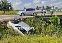 VIDEO: Rem doet het niet meer: auto rijdt kanaal in
