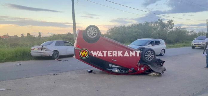 Auto belandt op z'n kop na aanrijding Frederikshoopweg