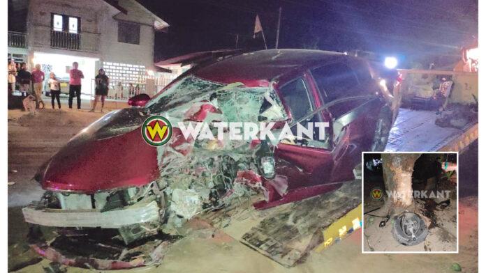 Auto knalt tegen manjaboom, 3 personen gewond