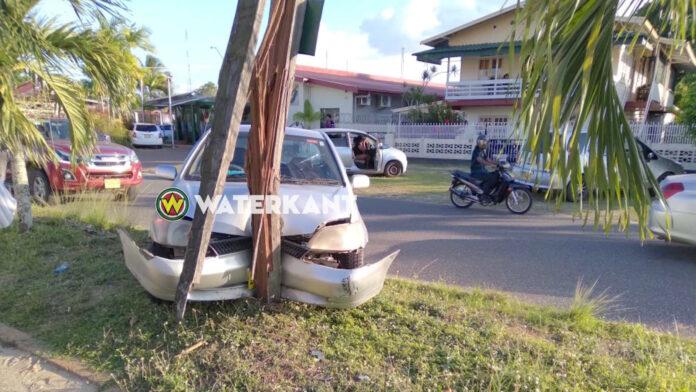 Automobilist knalt tegen stroompaal en wordt met ambulance afgevoerd