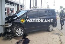 Automobiliste knalt met voertuig tegen restaurant na aanrijding