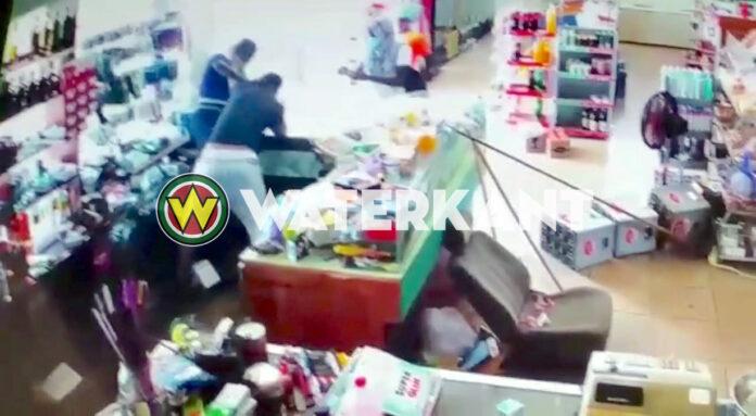 Mannen proberen winkelier te beroven door over toonbank te springen