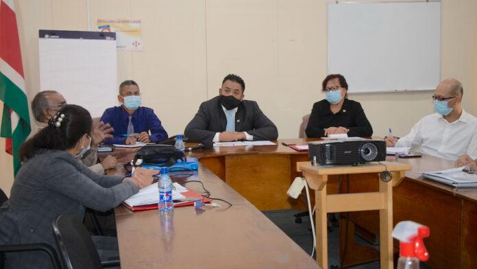 Foto II:Bronto Somohardjo (m) van Biza en zijn team luisteren met volle aandacht naar de onderdirecteur Mr. Jeffrey Joemmanbaks MLLS.