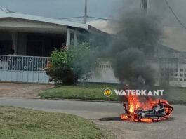 VIDEO: Bromfiets gaat in vlammen op