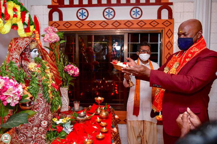 Surinaamse vice-president Brunswijk bezoekt Mandir vanwege Navratri