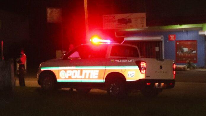 politieauto-suriname-agenten-op-plaats-delict