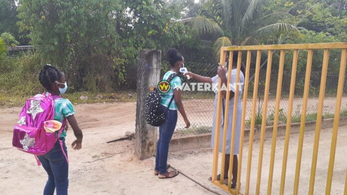 VIDEO: Scholen onder strikte COVID-19 maatregelen weer van start