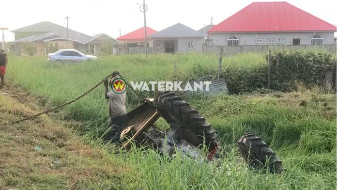 Tractor in goot langs de weg terecht gekomen