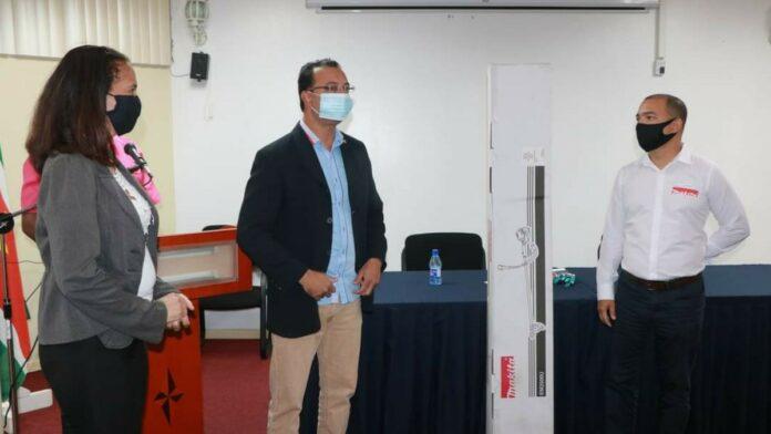 Fernandes Handelsmaatschappij N.V. doneert brushcutter aan Openbare Werken