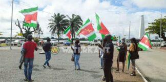 Nauwlijks 10 personen aanwezig bij protestactie; politie spreekt Pique aan