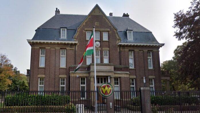 OM: 'Man die dreigde bom te gooien op Surinaamse ambassade moet in behandeling'