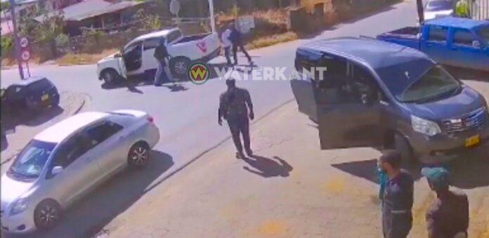 VIDEO: Verdachten aangehouden en meegenomen in laadbak