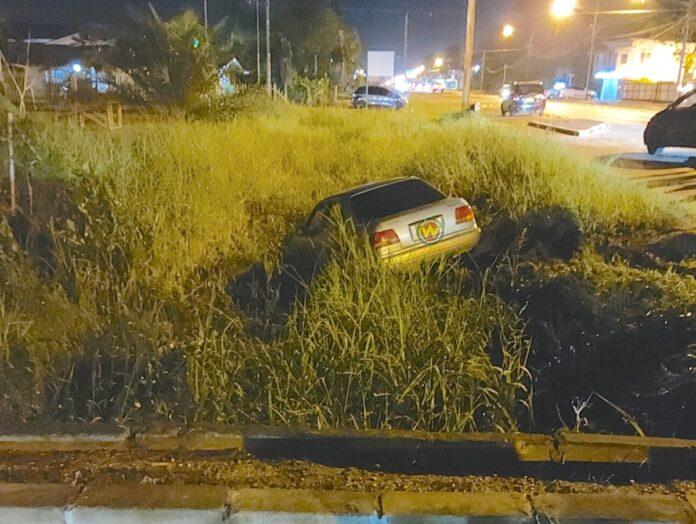 Auto eindigt in goot na aanrijding Indira Gandhiweg