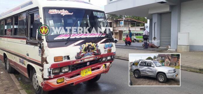 Buschauffeur vlucht na aanrijding, 3 passagiers gewond