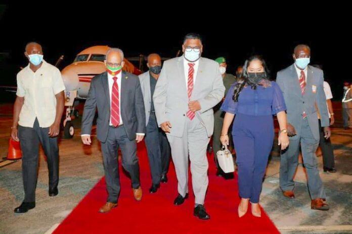 VIDEO: Guyanese president Irfaan Ali aangekomen in Suriname