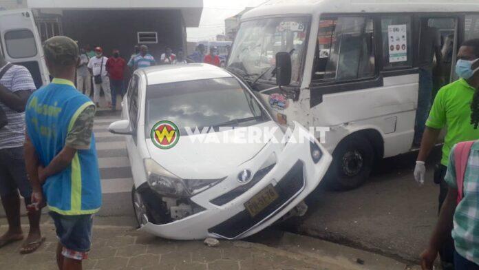 VIDEO: Meerdere gewonden bij zware aanrijding tussen lijnbus en personenauto in Centrum