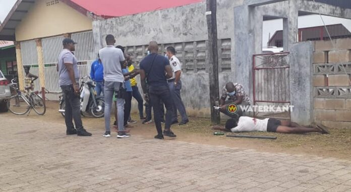 Man met schotwond langs de weg aangetroffen